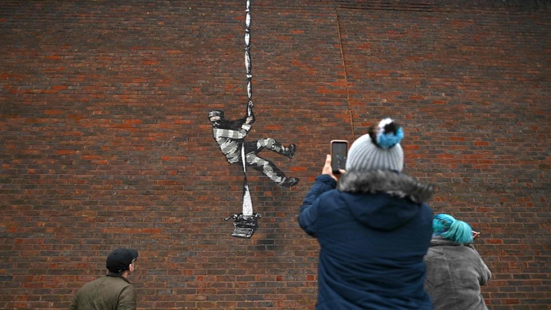 بانكسي يتبنى رسماً على جدار سجن بريطاني سابق أمضى فيه أوسكار وايلد سنتين