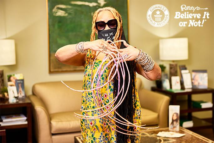 صاحبة أطول أظافر بشرية في العالم تحطم لقب غينيس للأرقام القياسية قبل قصهم