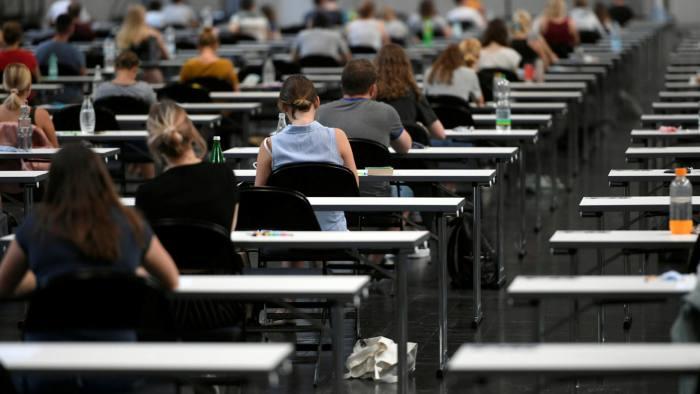 جدل حول نظام درجات الاختبارات الجديد في بريطانيا