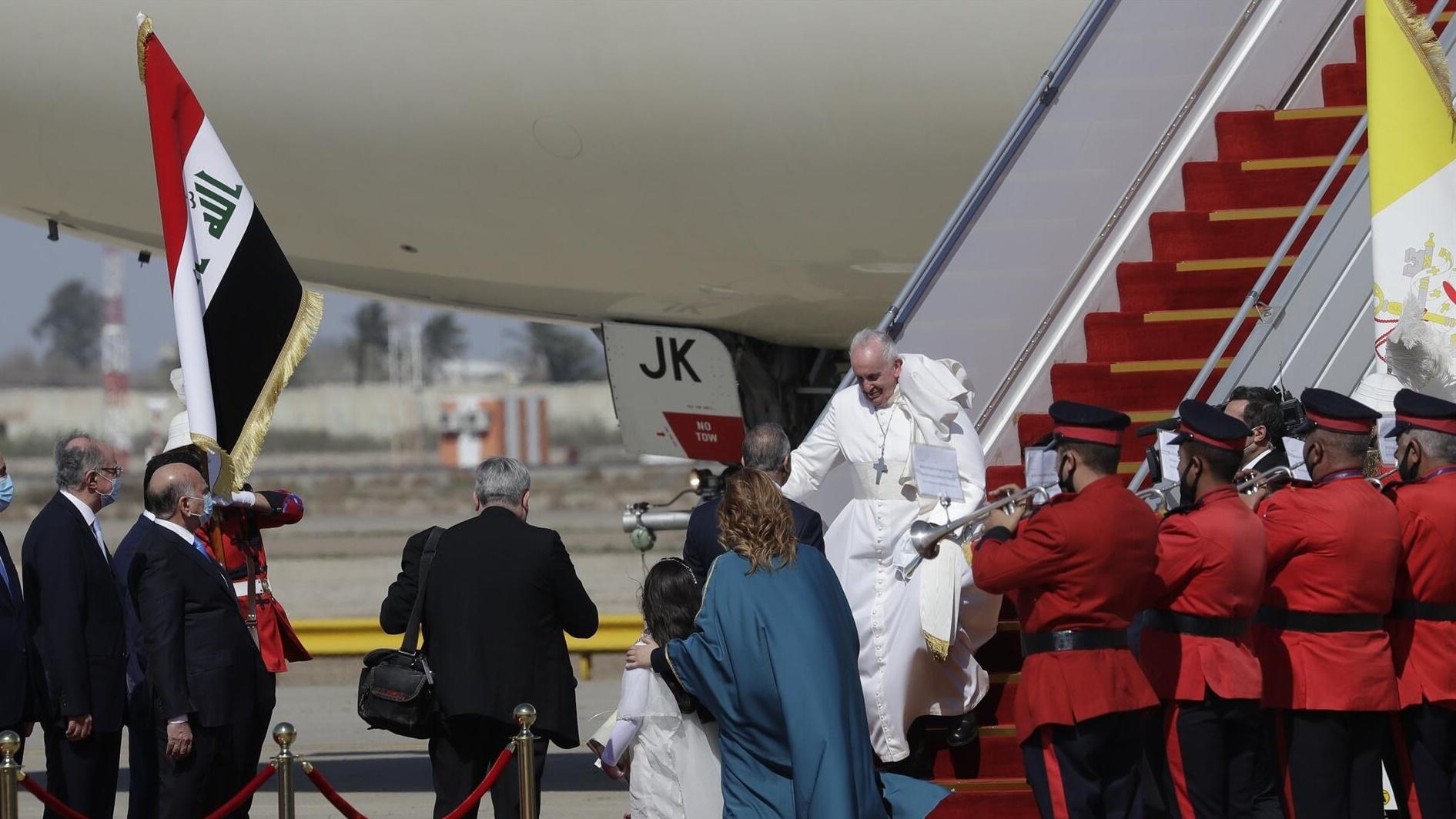 البابا لدى خروجه من الطائرة