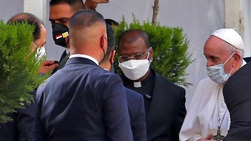 البابا فرنسيس يصل إلى منزل السيستاني حيث كان بانتظاره نجل السيستاني المؤثر محمد رضا، عند الباب قبل دخوله إلى منزل المرجع الشيعي