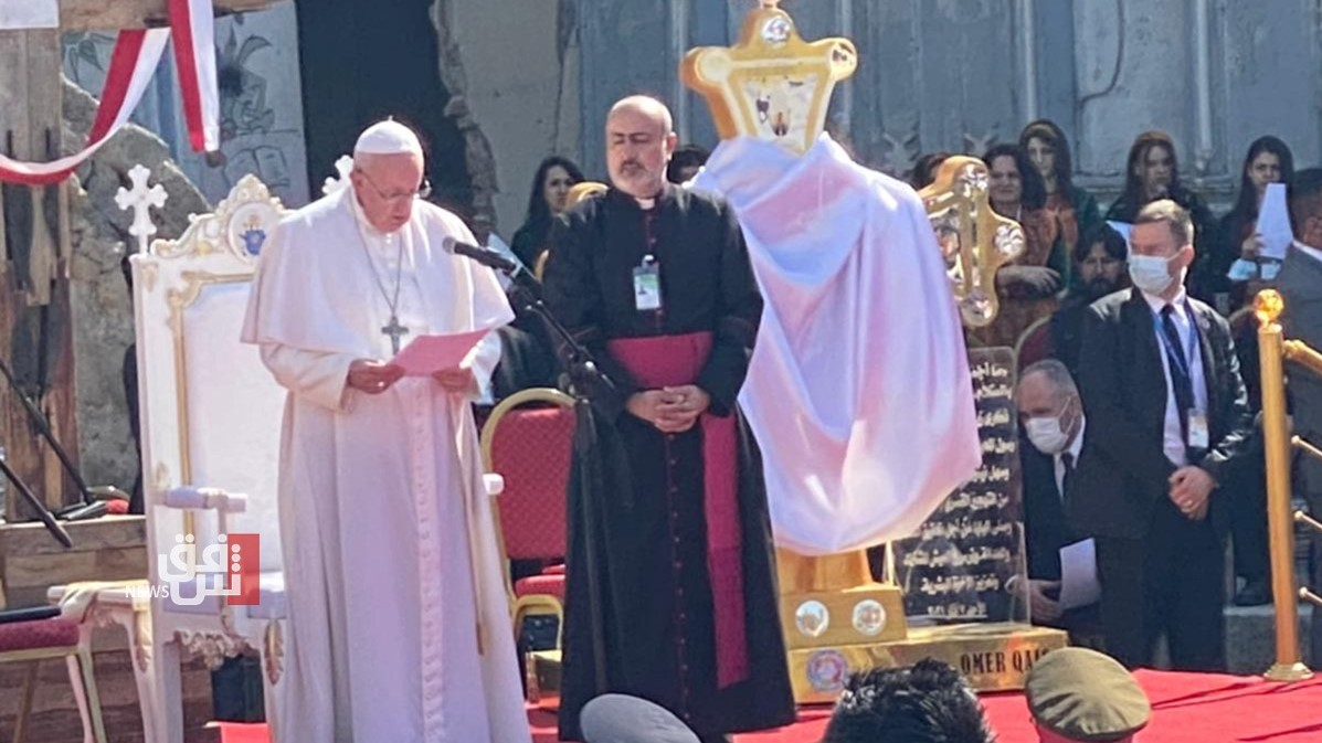 البابا خلال اقامة صلاة على ضحايا الحرب في الموصل الاحد