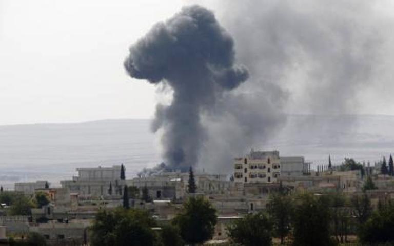 الدخان يتصاعد من قرية بالقرب من كوباني بعد قصفها بالهاون من طرف جهاديي داعش
