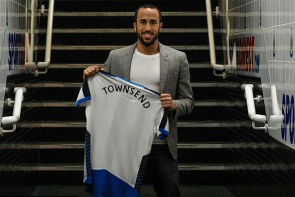 تاونسند يحمل قميص فريقه الجديد نيوكاسل يونايتد