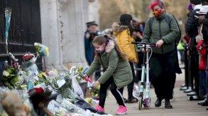 الأمير فيليب: زهور ورسائل عزاء أمام قصر باكنغهام