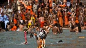حشود غفيرة في النهر المقدس بالهند رغم إصابة مئات الحجاج الهندوس بكورونا