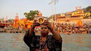 فيروس كورونا: ملايين الهندوس يحتشدون في نهر الغانج المقدس رغم الموجة الثانية