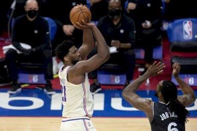 جويل امبيد (فيلادلفيا سفنتي سيكسرز) يسدد امام دي أندري جوردان (بروكلين نتس) في دوري كرة السلة الاميركي للمحترفين