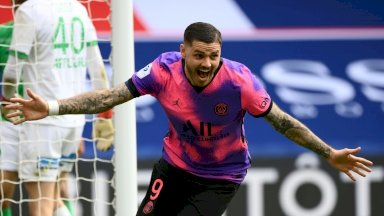 الارجنتيني ماوري ايكاردي يحتفل بتسجيله هدف الفوز لباريس سان جرمان في مرمى ضيفه سانت اتيان، باريس في 18 نيسان/ابريل 2021